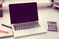 Computadora portátil en escritorio de oficina #XelaGlobal